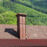 Trapezblech-Eindeckung samt Dachentwässerung und Verblechung von zwei großen Faschenkaminen, Brustbelch-Anschluss an Bramac-Ziegeldach